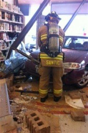 Une femme de 72 ans a fracassé la vitrine d'une pharmacie avec son véhicule... (PHOTO DE COURTOISIE)