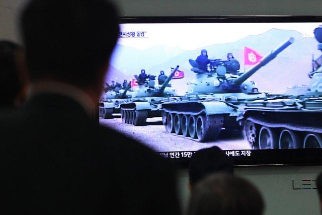 Des Coréens regardent un reportage de nouvelles où... (Photo: AP)