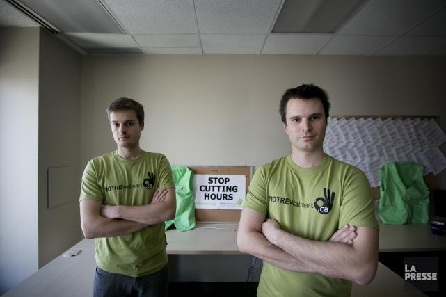 Guillaume Benoit et Nicolas Lemieux (des TUAC-FTQ) travaillent... (Photo Marco Campanozzi, La Presse)