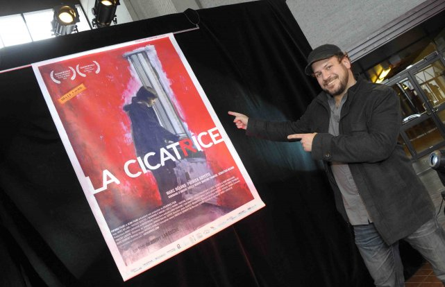 Jimmy Larouche devant l'affiche de son film la... ((Photo Gimmy Desbiens))
