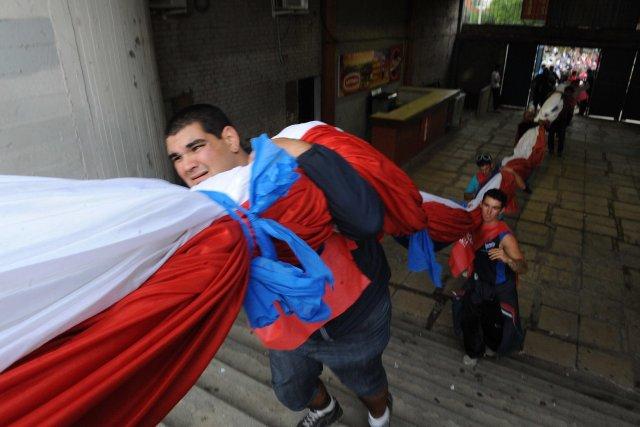 Le drapeau, d'une longueur de 600 mètres pour... (Photo Miguel Rojo, Agence France-Presse)