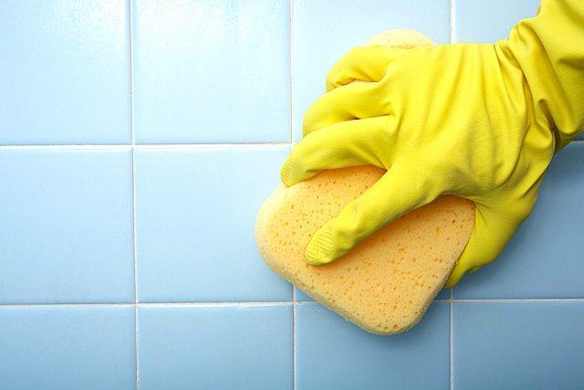 уборка плитки губкой