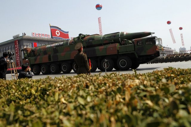 Un véhicule militaire nord-coréen transportant un nouveau missile... (Photo Ng Han Guan, Associated Press)