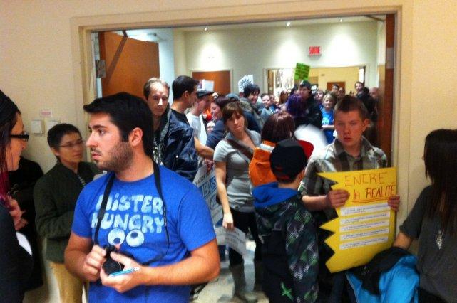 Des représentants d'organismes communautaires ont envahi la salle du  conseil... (Photo collaboration spéciale Matthieu Boivin)