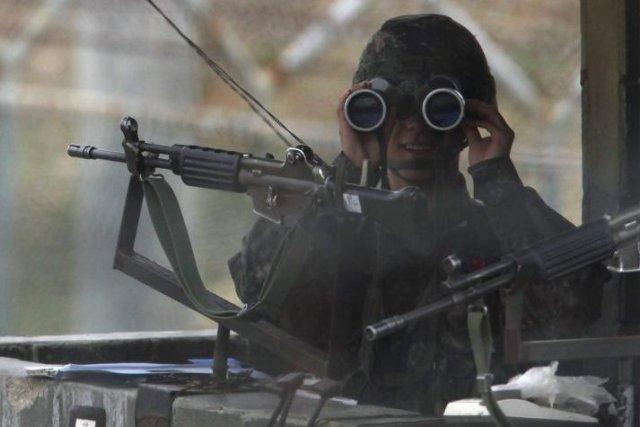 Un soldat sud-coréen monte la garde près de... (Photo AFP)
