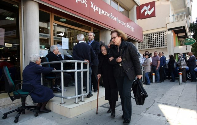 Des épargnants chypriotes font la file devant une... (Photo Hasan Mroue, Agence France-Presse)