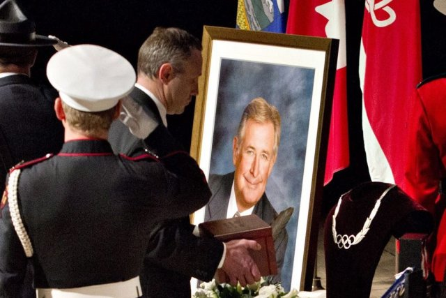 Les cendres de Ralph Klein déposées sur une... (PHOTO JASON FRANSON, LA PRESSE CANADIENNE)