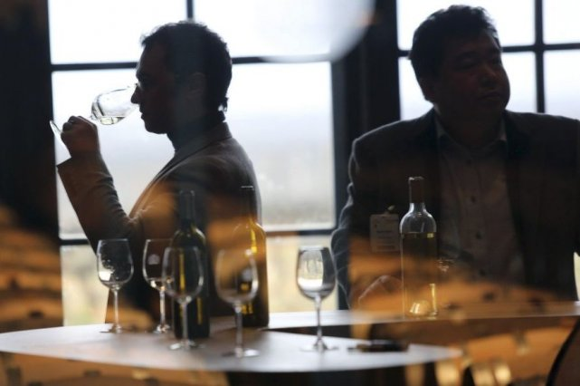 La semaine des primeurs à Bordeaux, événement unique dans le vignoble mondial... (Photo AFP)
