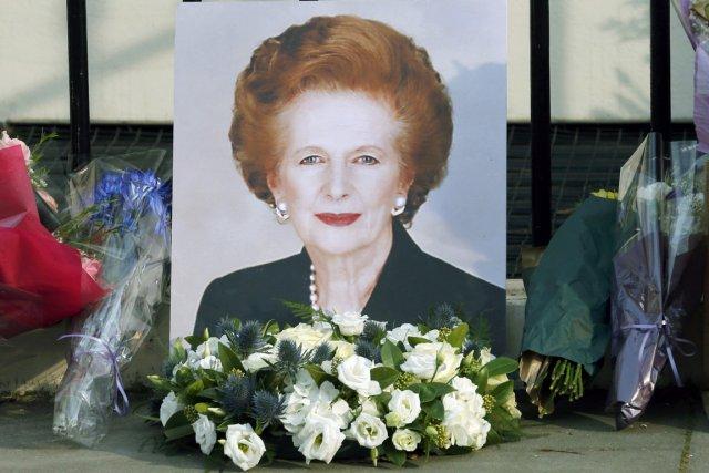 Un portrait de Margaret Thatcher ainsi que plusieurs... (PHOTO SUZANNE PLUNKETT, REUTERS)