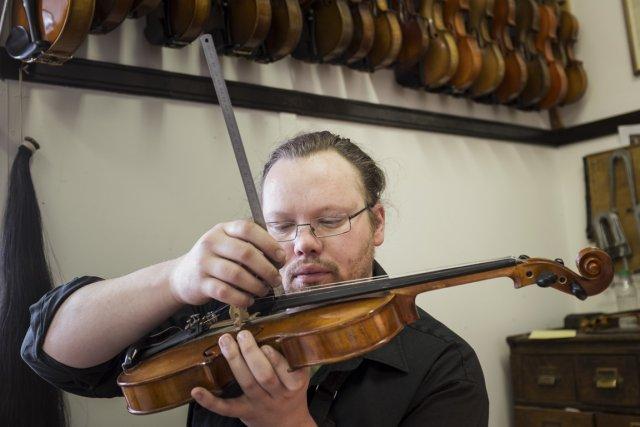 Olivier Saint-Michel répare un violon, à l'économusée de... (Photo Édouard Plante-Fréchette, La Presse)