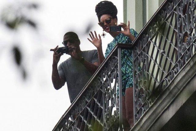 Beyoncé et Jay-Z du haut de leur balcon... (Photo: AFP)