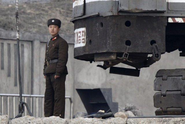 Un soldat nord-coréen monte la garde près de... (PHOTO JACKY CHEN, REUTERS)