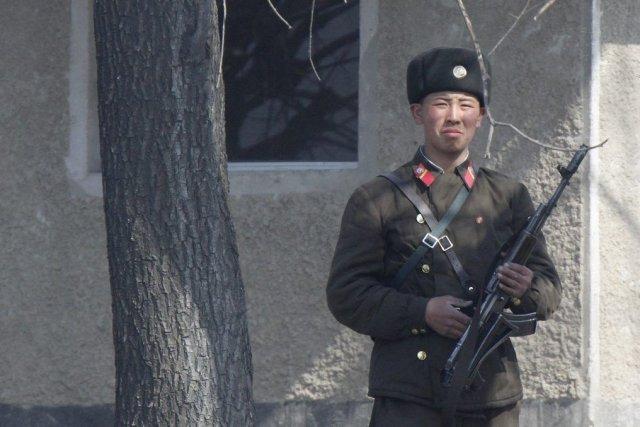 Un soldat nord-coréen basé à Sinuiju près de... (Photo Reuters)