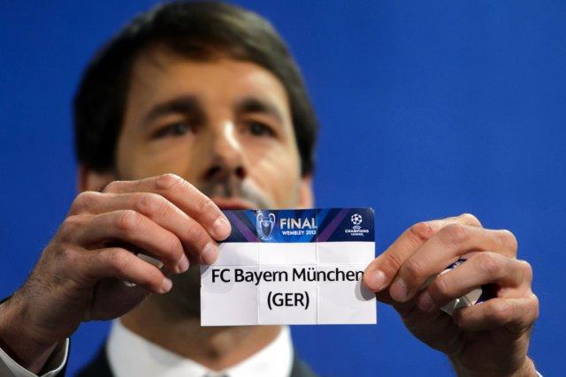 L'ancien joueur néerlandais Ruud van Nistelrooy a procédé... (Photo Fabrice Coffrini, AFP)