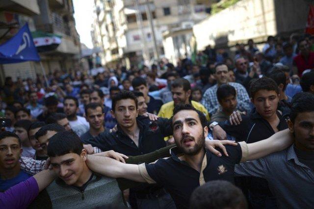 Des manifestants syriens participent à une manifestation anti-régime... (PHOTO DIMITAR DILKOFF, AFP)