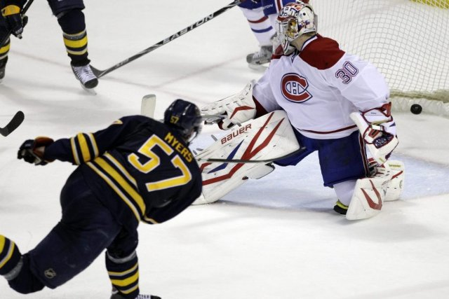 Tyler Myers déjoue Peter Budaj.... (Photo : archives Associated Press)