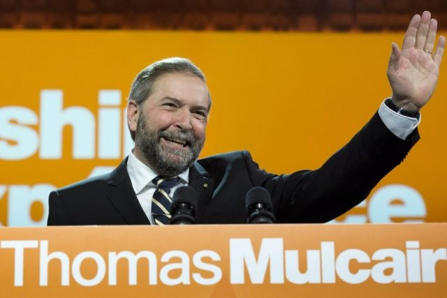 Thomas Mulcair salue ses militants au congrès du... (PHOTO PAUL CHIASSON, PC)