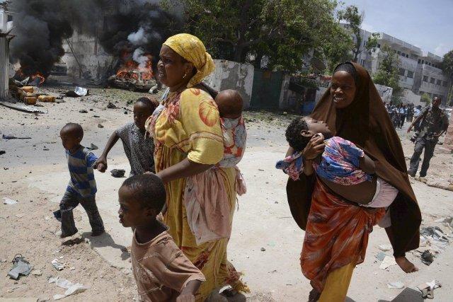 Deux mères courent avec leurs enfants dans les... (PHOTO MOHAMED ABDIWAHAB, AFP)