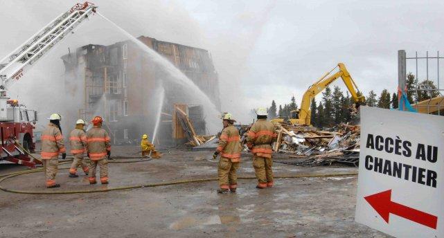 Un incendie a complètement ravagé un immeuble en... ((Photo Michel Tremblay))