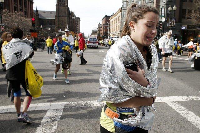 Une participante du marathon quitte les lieux en... (PHOTO WINSLOW TOWNSON, AP)