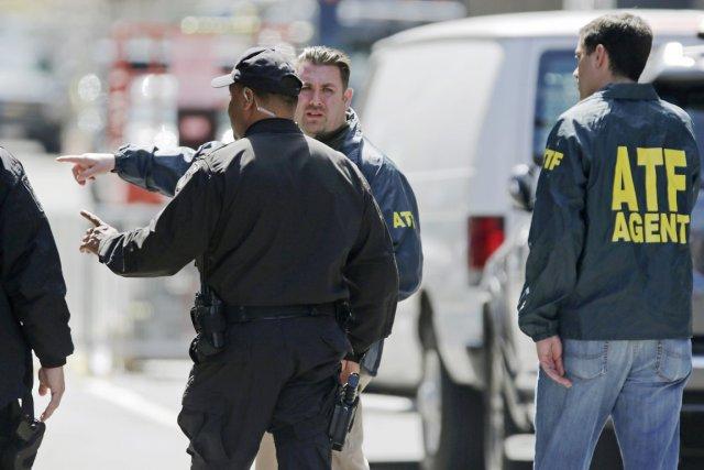 Des policiers s'entretiennent avec des agents de l'ATF,... (PHOTO CHARLES KRUPA, AP)