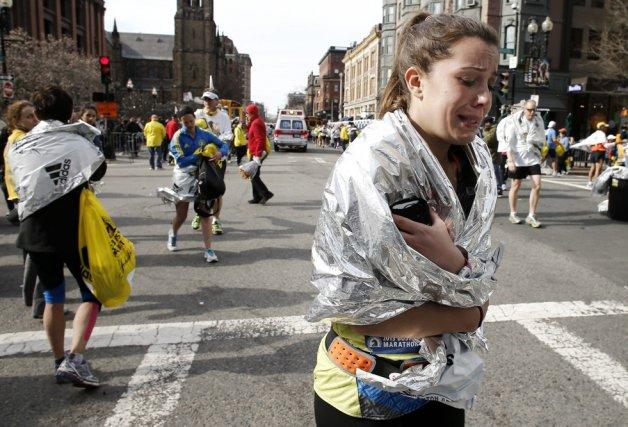 Une marathonienne quitte l'aire d'arrivée en pleurs après... (Photo Winslow Townson, Associated Press)