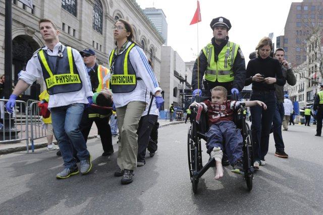 Des secouristes et un policier viennent en aide... (Photo: AP)