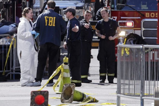 Policiers et enquêteurs continuaient d'examiner en profondeur la... (AP)