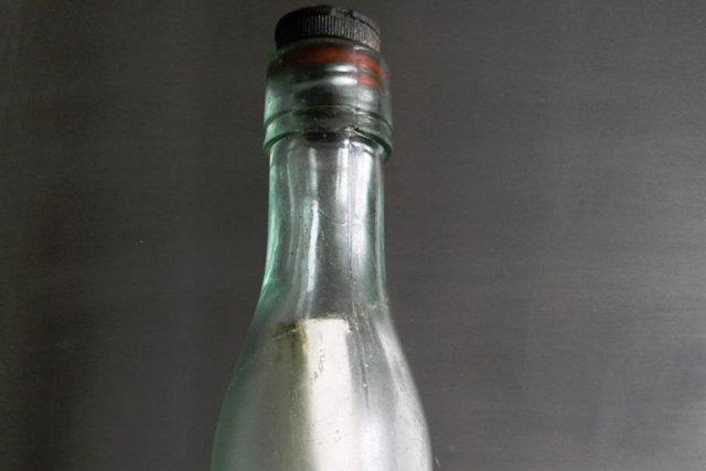 Un message d'amitié mis dans une bouteille jetée dans l'océan Atlantique depuis... (Photo archives AP)