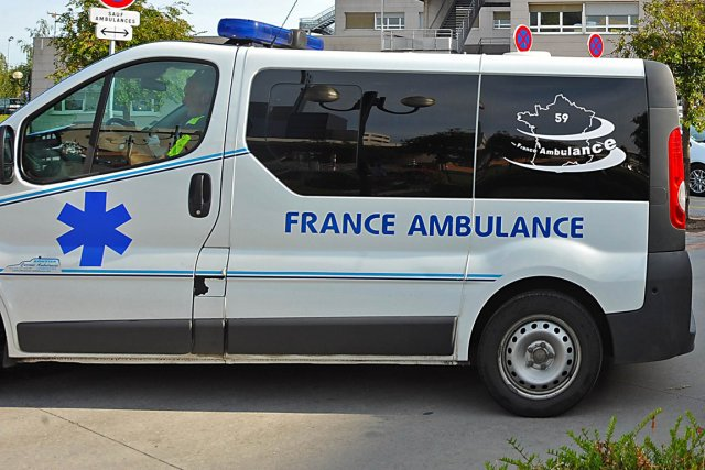 Un patient gravement malade a sauvé la vie de son ambulancier qui était en... (Photo archives AFP)