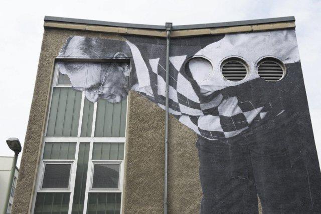 L'artiste français JR a installé des portraits géants de personnes âgées  sur... (Photo: AFP)