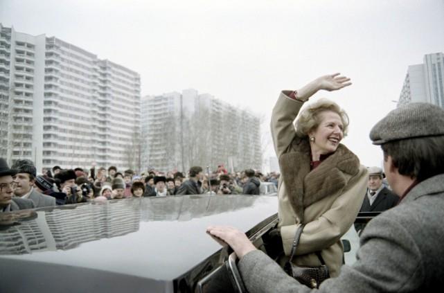 Margaret Thatcher salue la foule de curieux lors... (Photo Agence France-Presse)