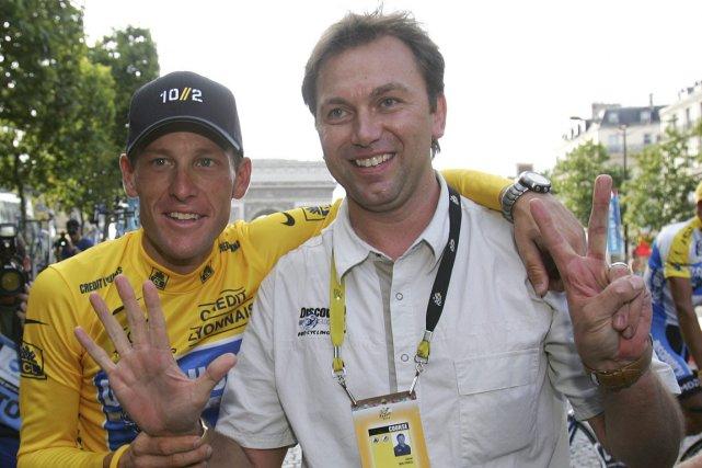 Lance Armstrong et Johan Bruyneel au Tour de... (Photo Alessandro Trovati, archives AP)