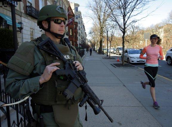 Deux jours après l'attentat de Boston, une femme... (Photo Bryan Snyder, Reuters)