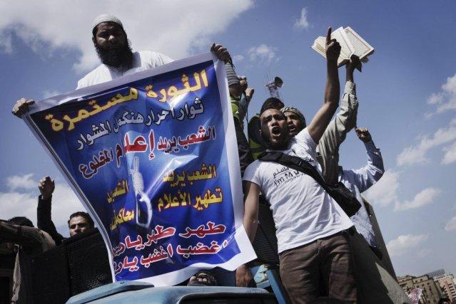 Des partisans desFrères musulmans crient des slogans devantla... (PHOTO GIANLUIGI GUERCIA, AFP)