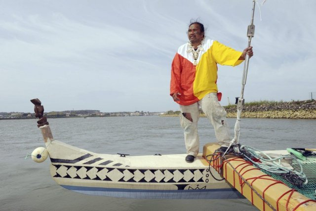 Ismaël Patu-Huukena sur sapirogue à voileTe hono.... (PHOTO GAIKZA IROZ, AFP)