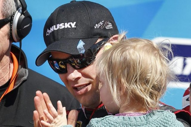 Matt Kenseth célèbre sa victoire avec sa fille... (PHOTO ORLIN WAGNER, AP)