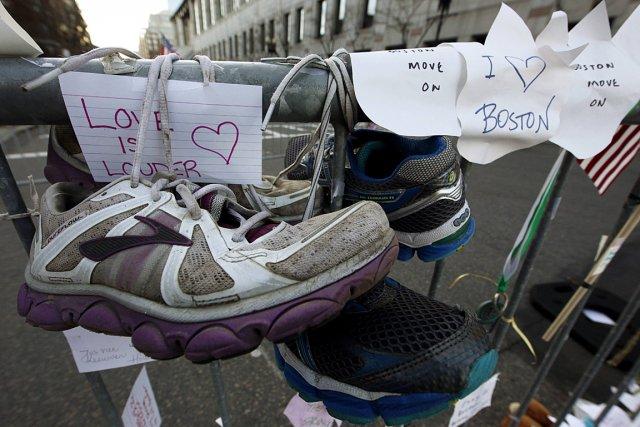 Des gens ont accroché des chaussures et des... (Photo: Reuters)