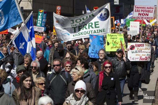 Une marche pour le Jour de la Terre... (PHOTO ROBERT SKINNER, LA PRESSE)