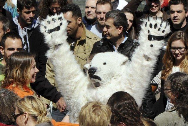 Des militants de Greenpeace, qui multiplient les actions... (Photo PIERRE ANDRIEU, AFP)