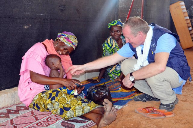 Le DG d'ECHO, Claus Sorensen, visite un centre... (PHOTO BOUREIMA HAMA, AFP)