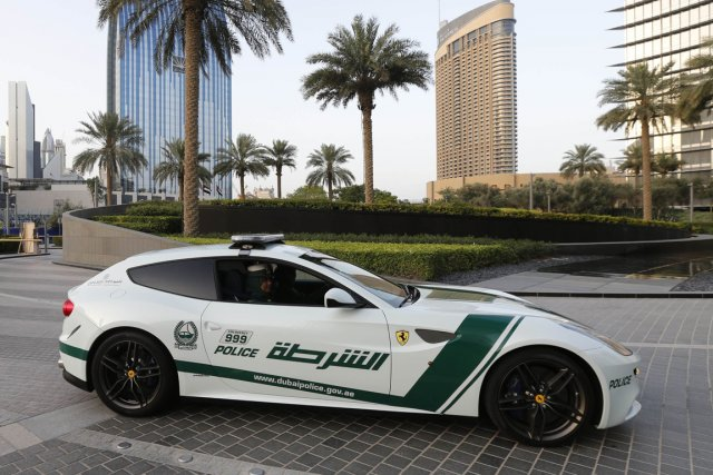 La nouvelle Ferrari de la police de Dubaï... (Photo Karim Sahib, AFP)
