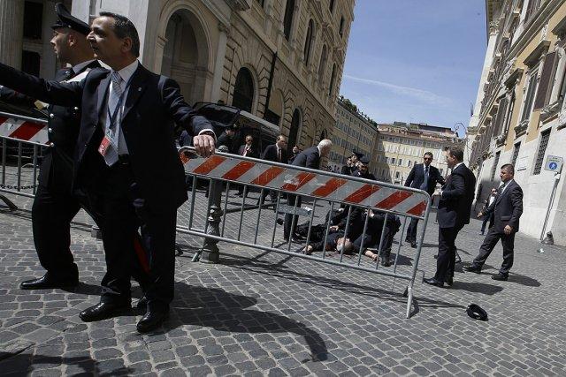 Parmi les blessés, une personne l'a été au... (Photo: AP)