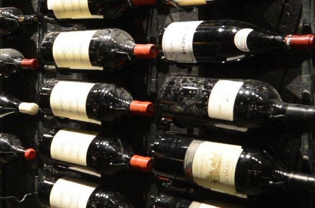 Des bouteilles de Petrus 1990 estimées à 2200 euros pièce (2900$), mais aussi... (Photo Archives La Presse)