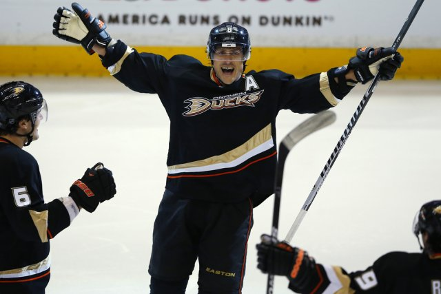 Teemu Selanne a marqué un autre but important... (Photo Mike Blake, Reuters)