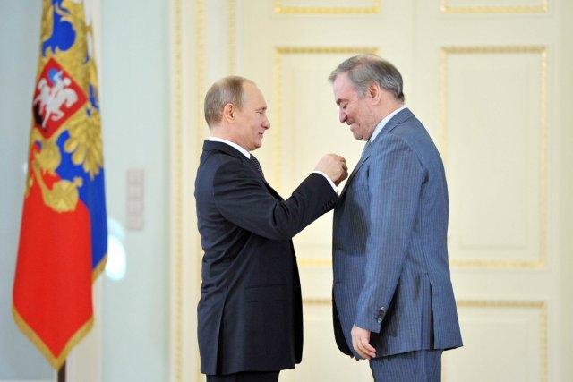 Parmi les cinq personnes décorées figurent le chef... (PHOTO ALEXEI NIKOLSKY, AFP/RIA NOVOSTI)