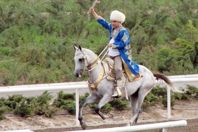 Réputé bon cavalier, M.Berdymoukhamedov est tombé de son... (PHOTO IGOR SASIN, AFP)