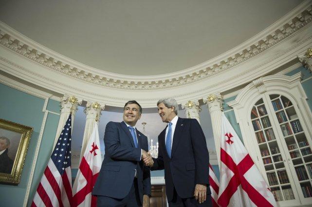 Le Secrétaire d'état américain John Kerry serre la... (PHOTO JIM WATSON, AFP)