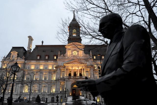 La statue de Jean Drapeau devant l'hôtel de... (Photo Bernard Brault, archives La Presse)