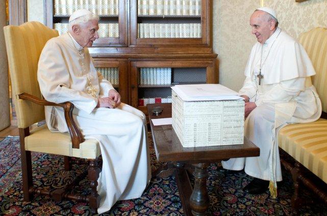 Benoît XVI et son successeur, le pape François,... (Photo archives Associated Press)
